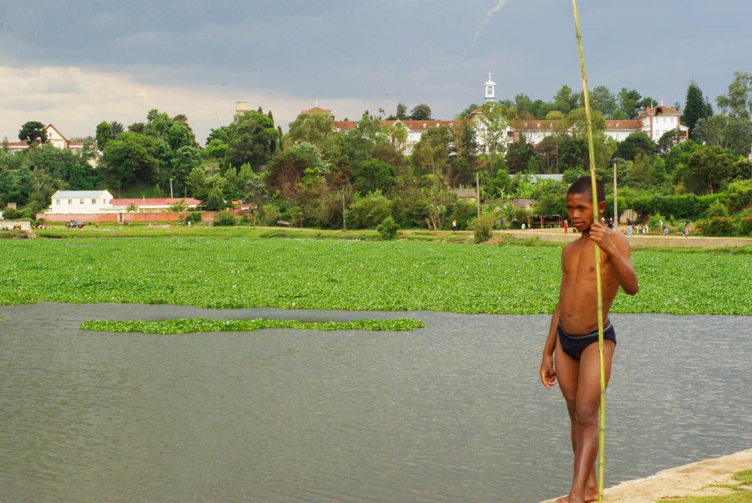 Pecheur au bord du lac Rano Maimbo à Antsirabe