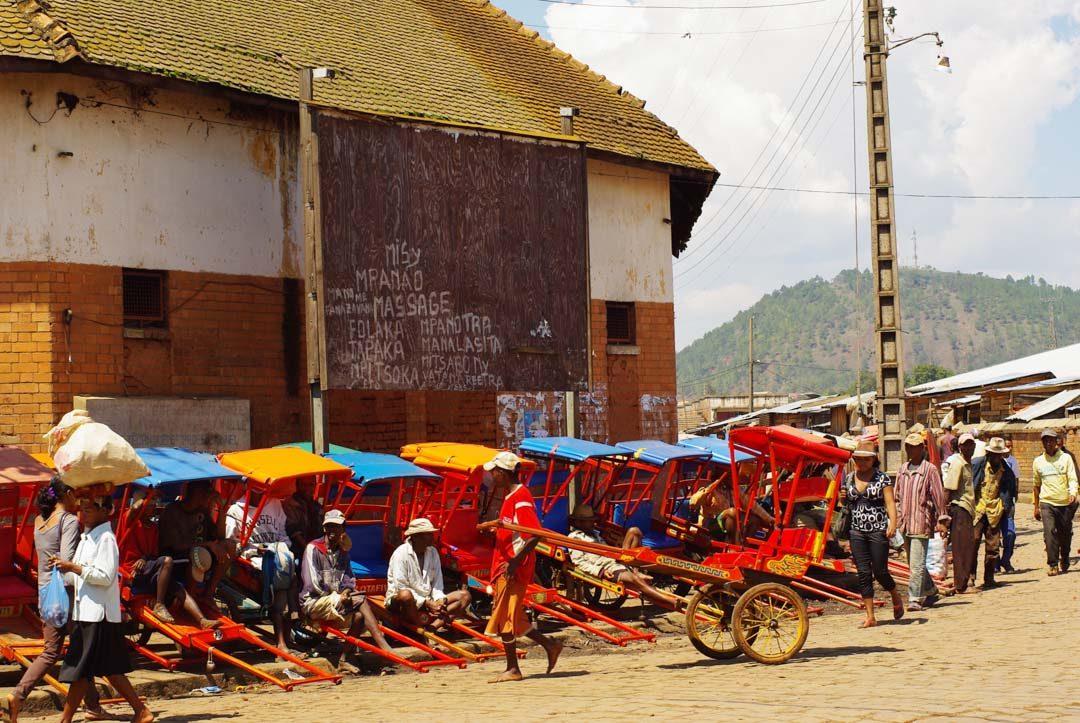 alignements de pousse pousse près du marché d'Antsirabé