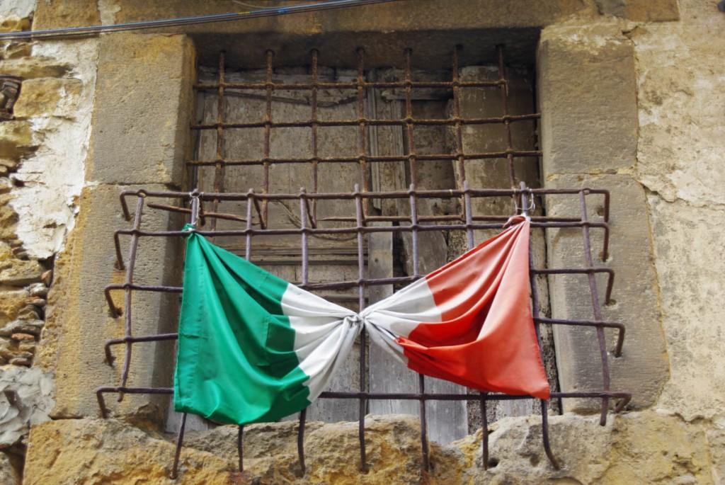 le drapeau italien flotte à la fenêtre