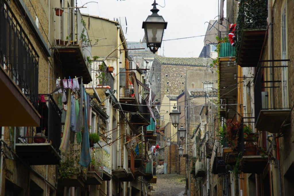 ruelle dans le centre ville de piazza armerina
