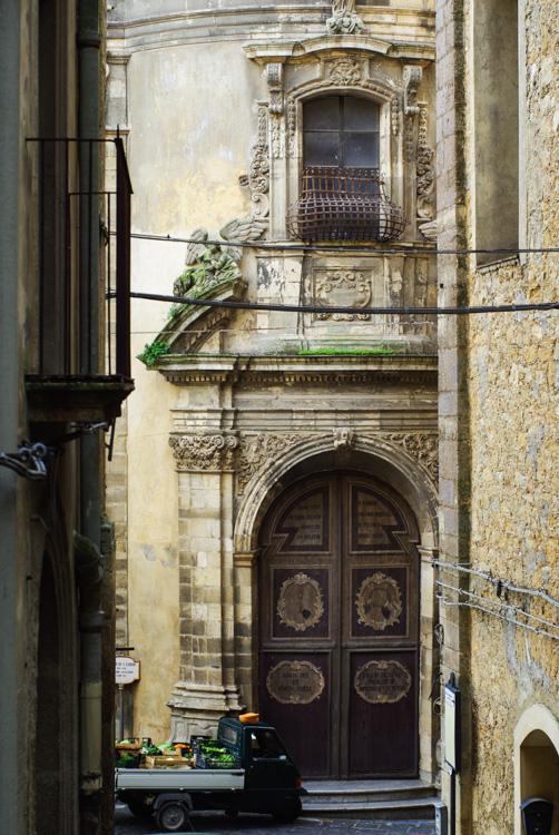 Détail baroque dans le centre ville de Caltagirone