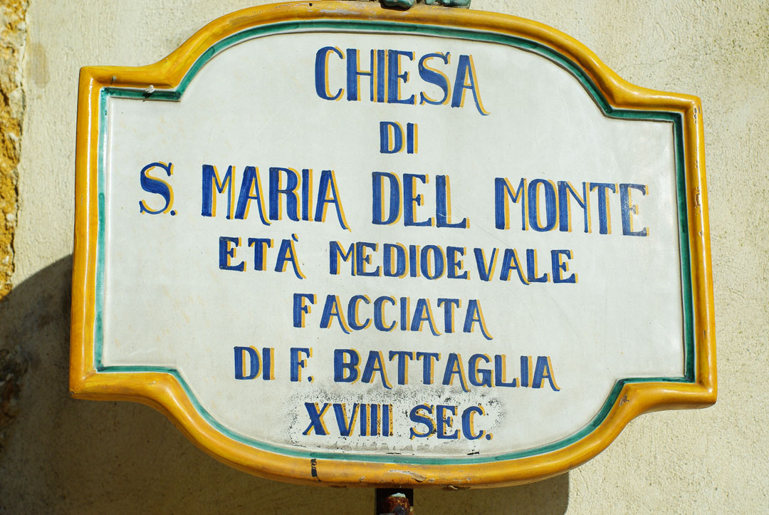 Panneaux indicatifs en céramique à Caltagirone
