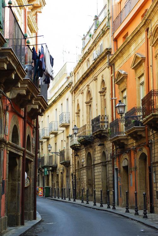 Rue dans le centre ville de Caltagirone
