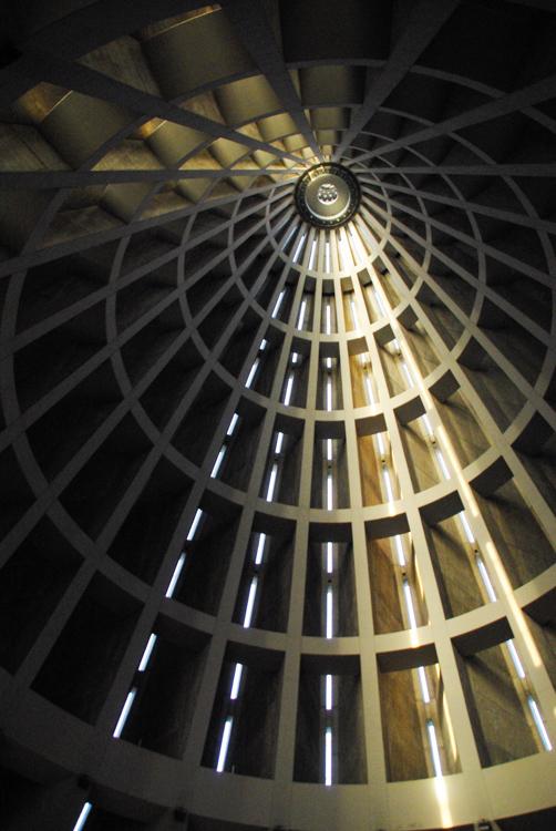 Architecture intérieure du dome de béton de la cathédrale de Syracuse