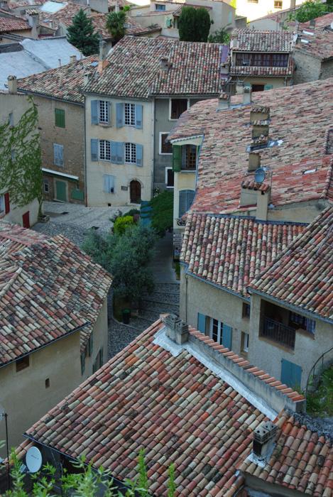 Les toits de tuiles de Moustiers Sainte Marie