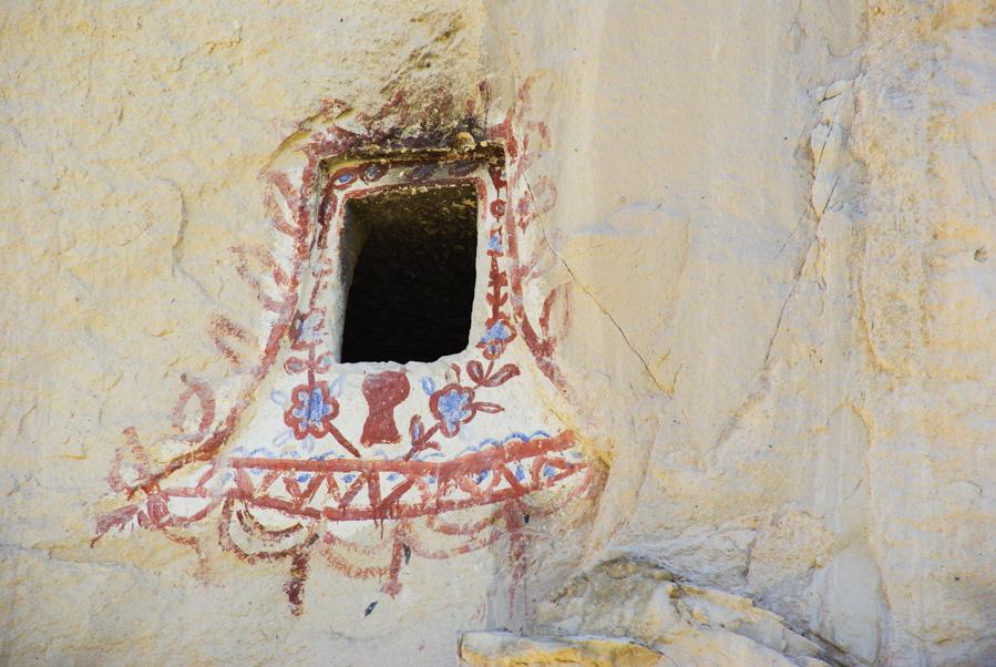 décoration polychrome d'une ouverture de pigeonnier - cappadoce