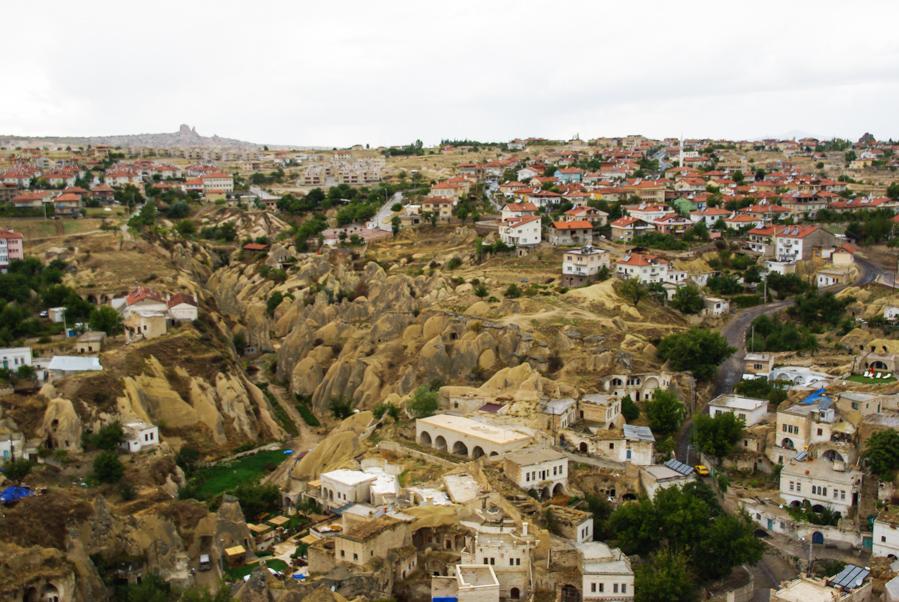 vue sur le chateau d'Uchisar depuis Ortahisar - Cappadoce