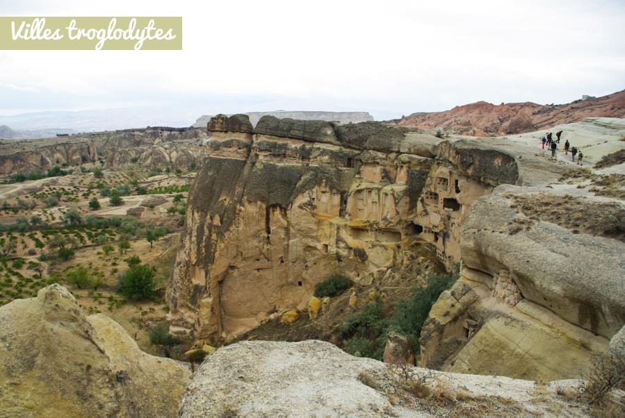 village troglodytes - falaise de Cavusin - Cappadoce