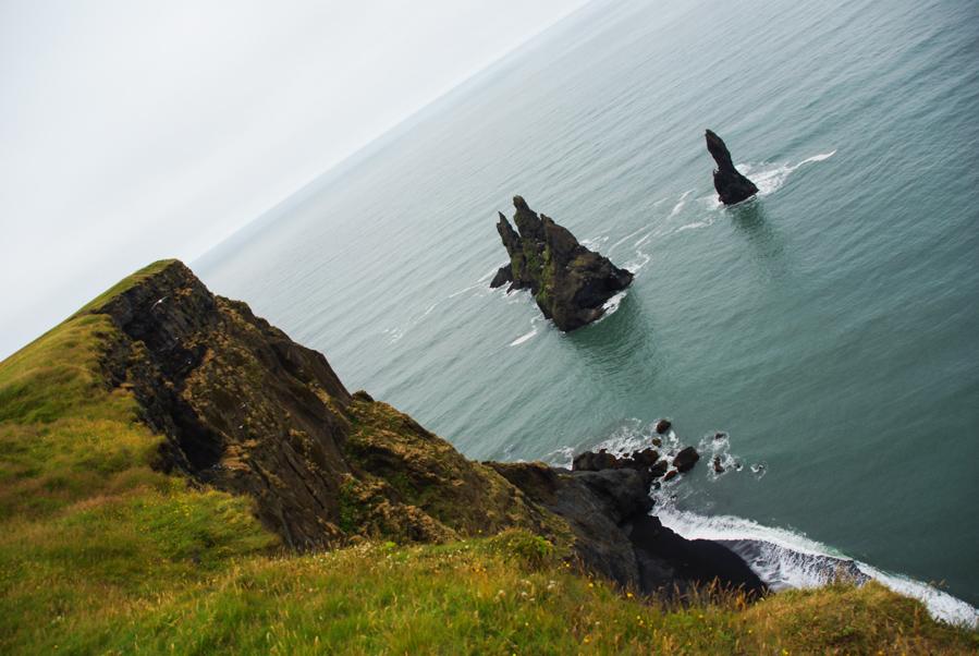 rochers émergeant de la mer au niveau de Vik