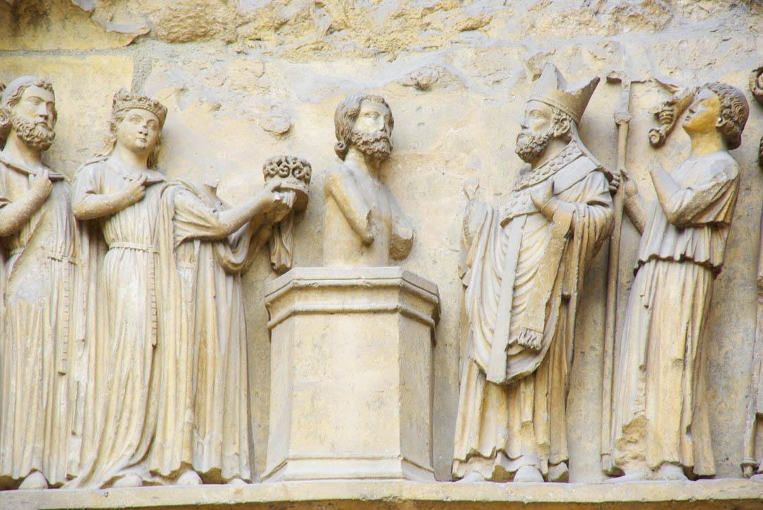sculpture représentant le baptème de Clovis