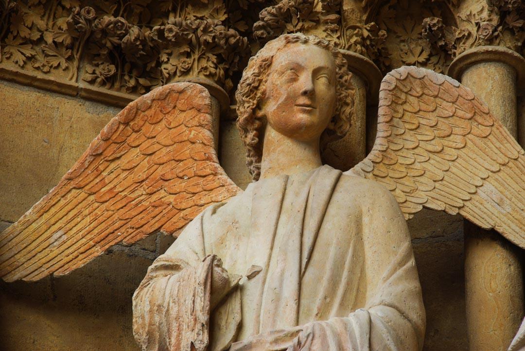 ange sculpté décorant la cathédrale de Reims