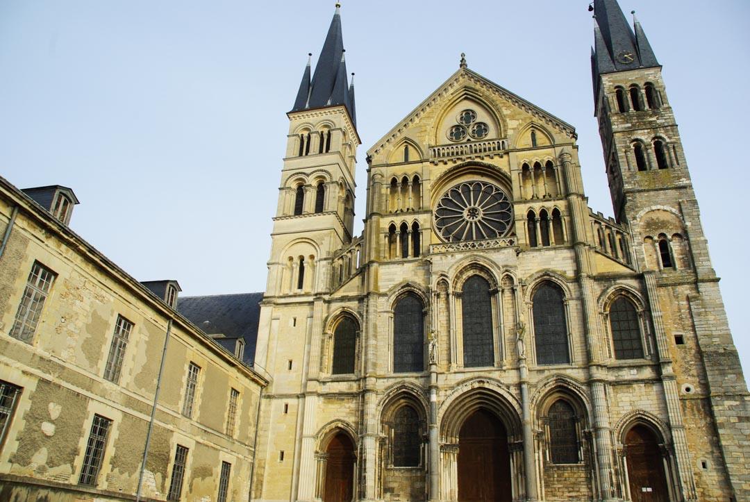 façace principale de la basilique Saint Rémi - Reims