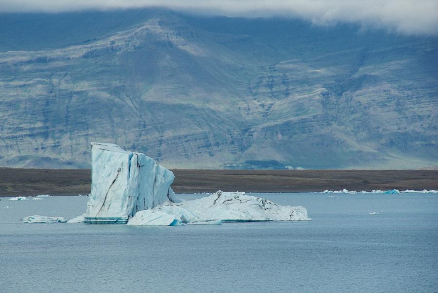 iceberg à la dérive sur le lac glaciaire de Jökulsárlón - Islande