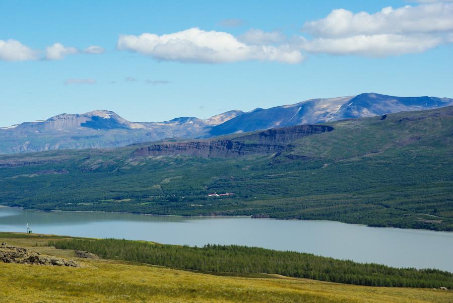 vue sur le lac de Lagarfljot et le village d'Hallormsstadur