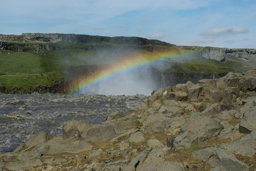 un arc en ciel au dessus de la cascade Dettifoss