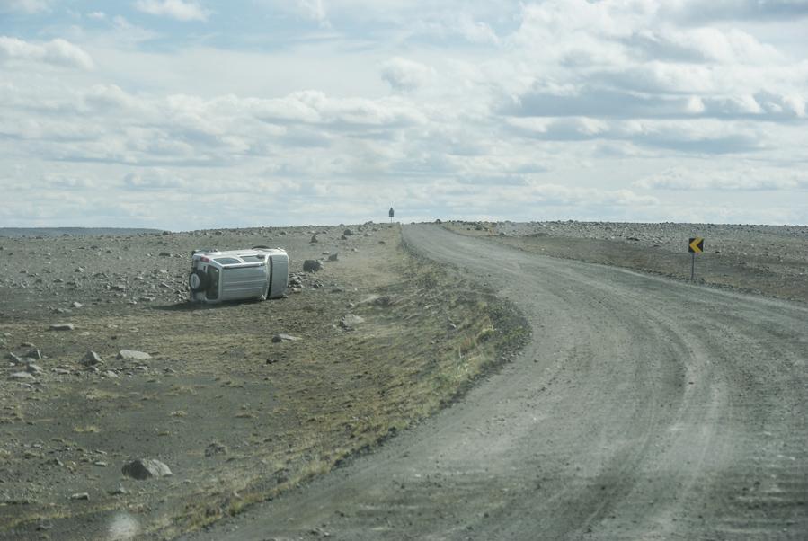 un 4*4 renversé le long de la route 864