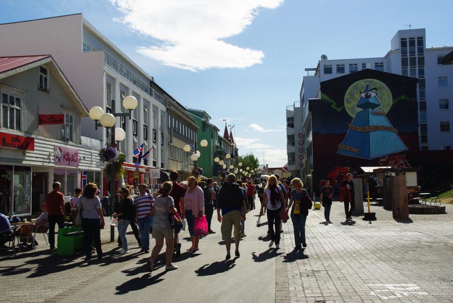 rue passante dans le centre ville d'Akureyri - Islande