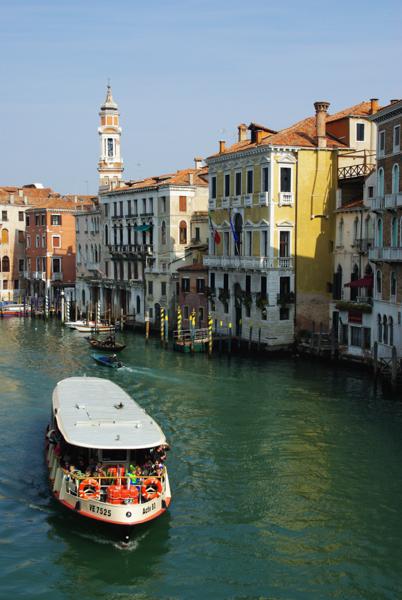 un vaporetto sur le grand canal de Venise