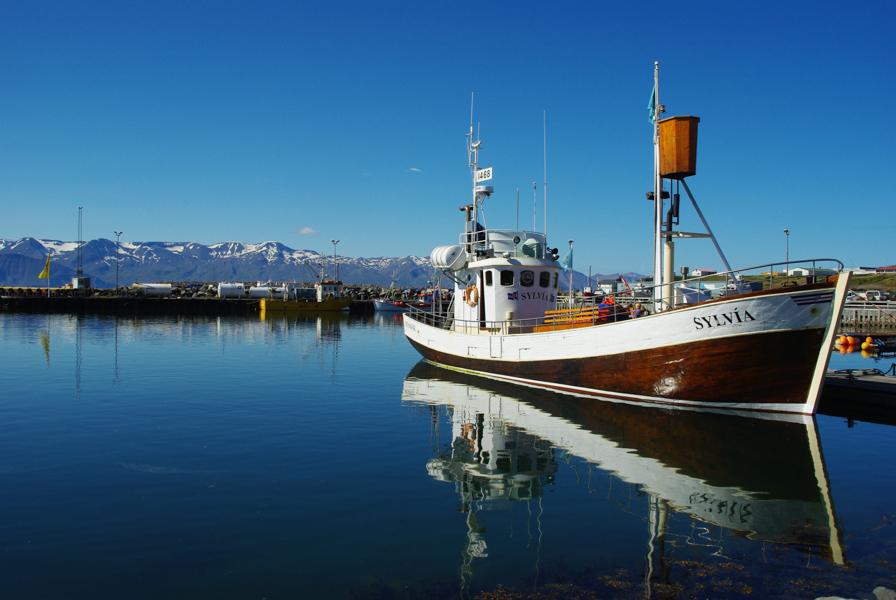 bateau de pecheur dans le port d'Husavik