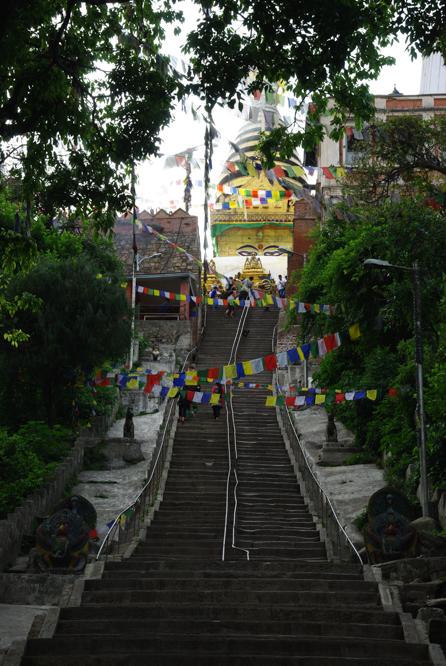 les escaliers qui montent vers le sanctuaire de Swayambunath