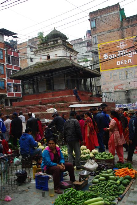 un marché dans les rues de Katmandou