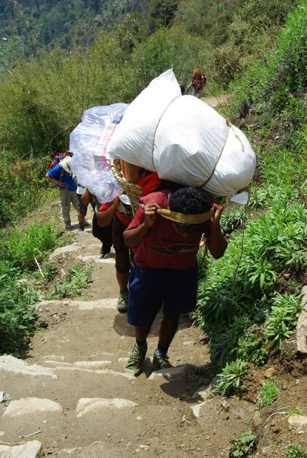 Les porteurs portent de lourdes charge au Népal