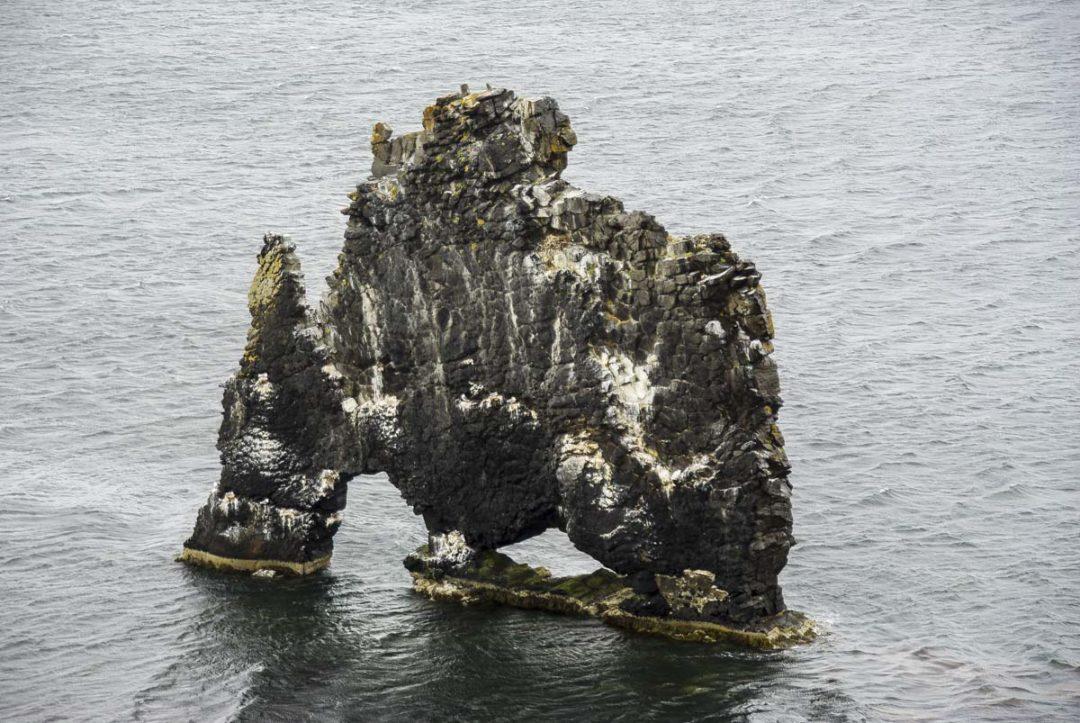 roche percée en forme de dinosaure au large Hvitserkur
