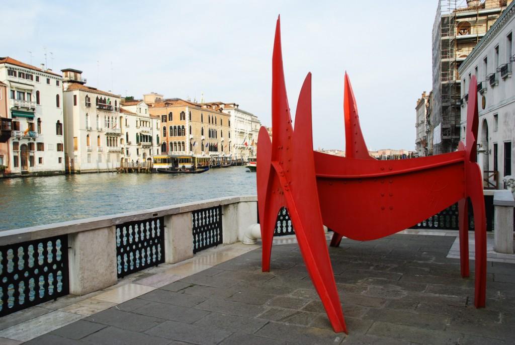 Sculpture The Cow (la Vache) de Calder au bord du grand canal de Venise, Peggy Guggenheim Collection