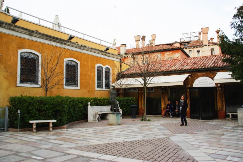 à l'extérieur de la villa de Peggy Guggenheim à Venise