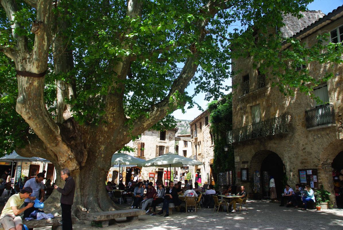 place devant l'abbaye de Gellone à Saint Guilhem le Désert