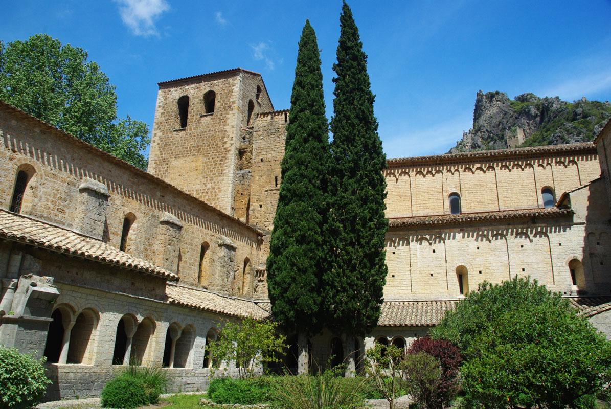 cloitre de l'abbaye de Gellone à St Guilhem le Désert