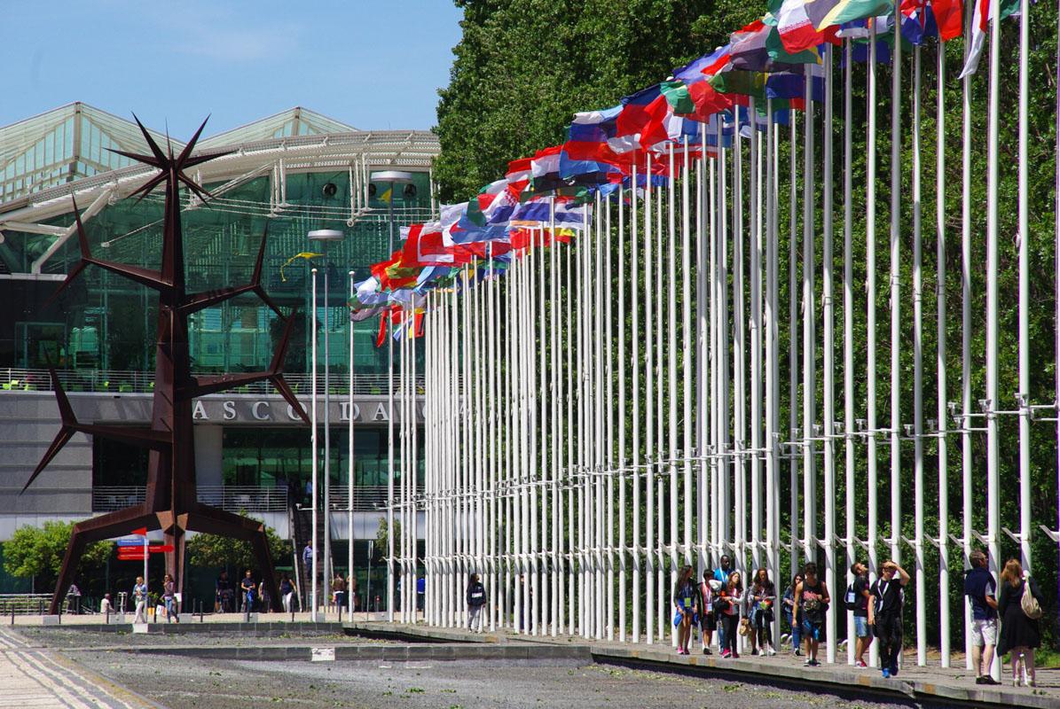 les drapeaux devant le centre commercial Vasco de Gama
