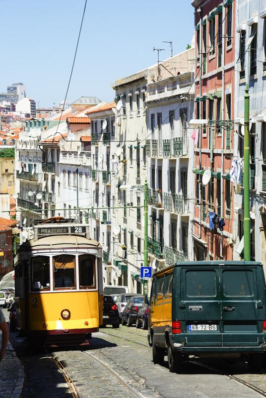 le tram 28 dans les rues de Lisbonne