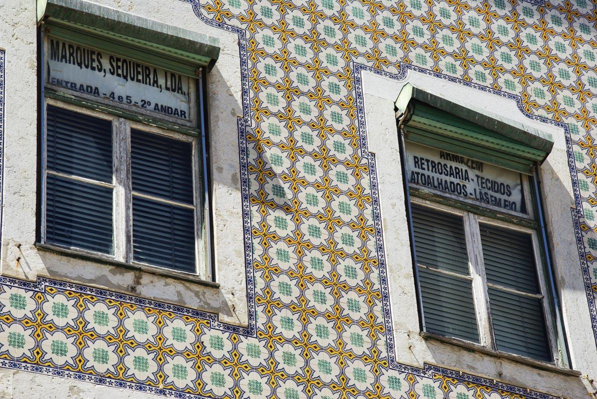 détail d'une facade recouverte d'azulejos à Lisbonne