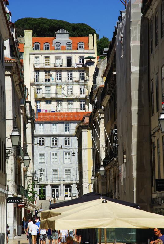 dans les rues du quartier de Baixa