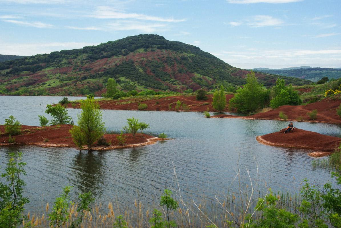 La terre rouge du lac de Salagou dans l'Hérault