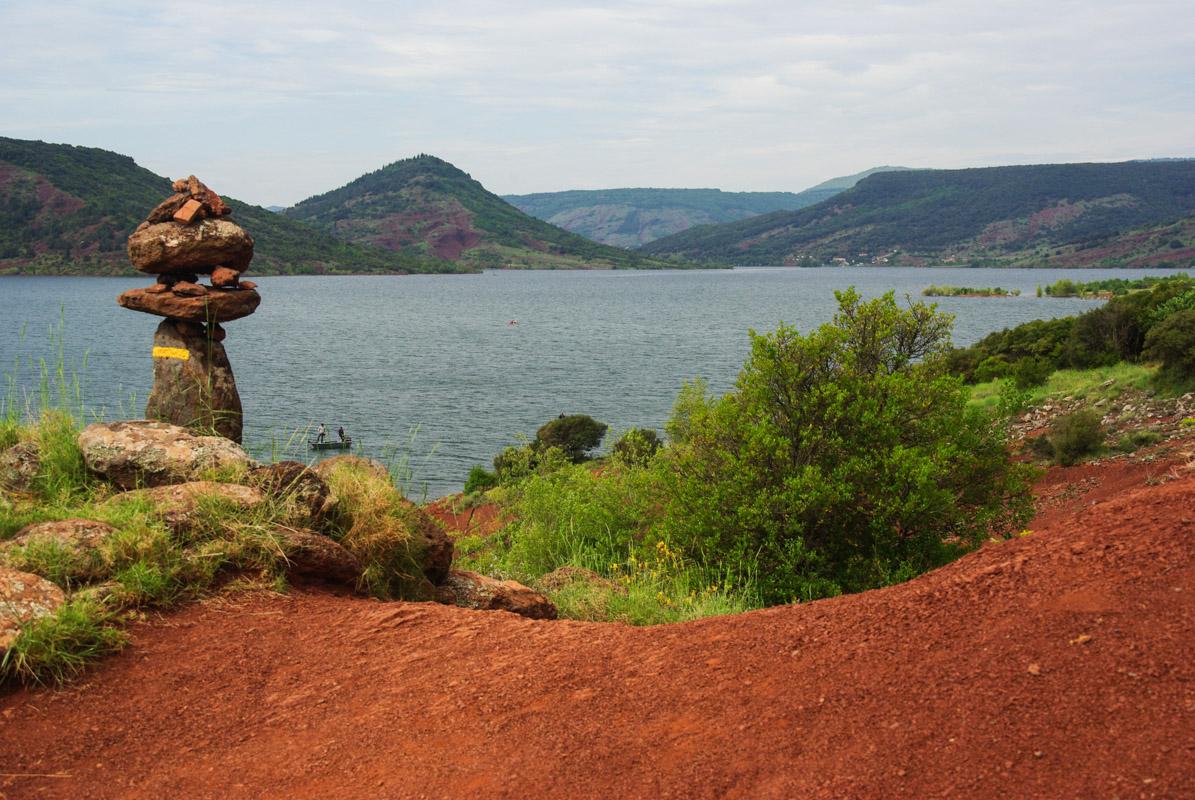 chemin de randonnée au bord du lac de Salagou