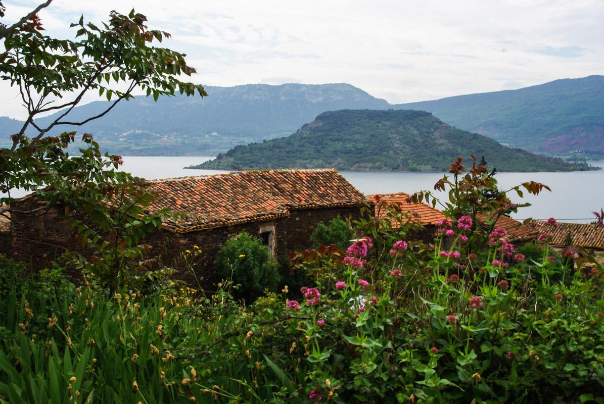 village les Vailhès au bord du lac du Salagou