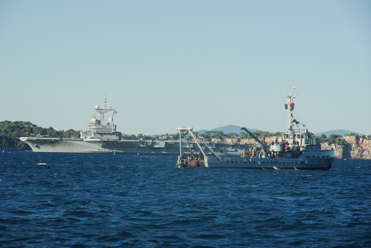 bateaux militaires dans la rade de Toulon