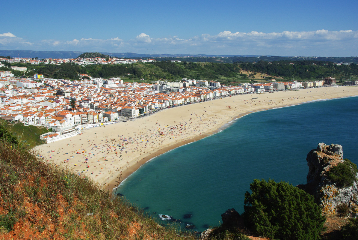 Panorama sur la plage de Nazaré depuis la corniche - portugal