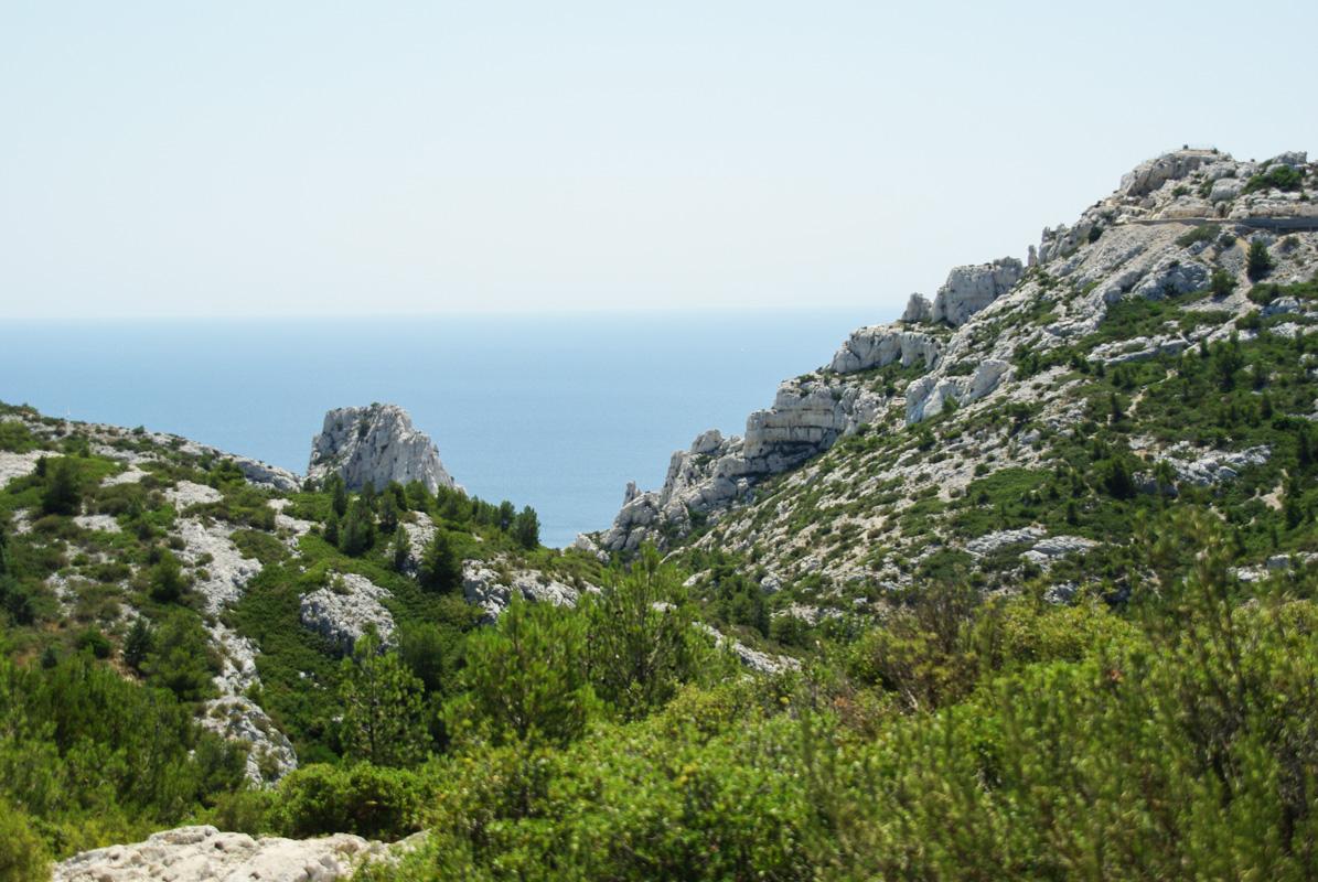 dans le parc national des calanques avec la vue sur la mer