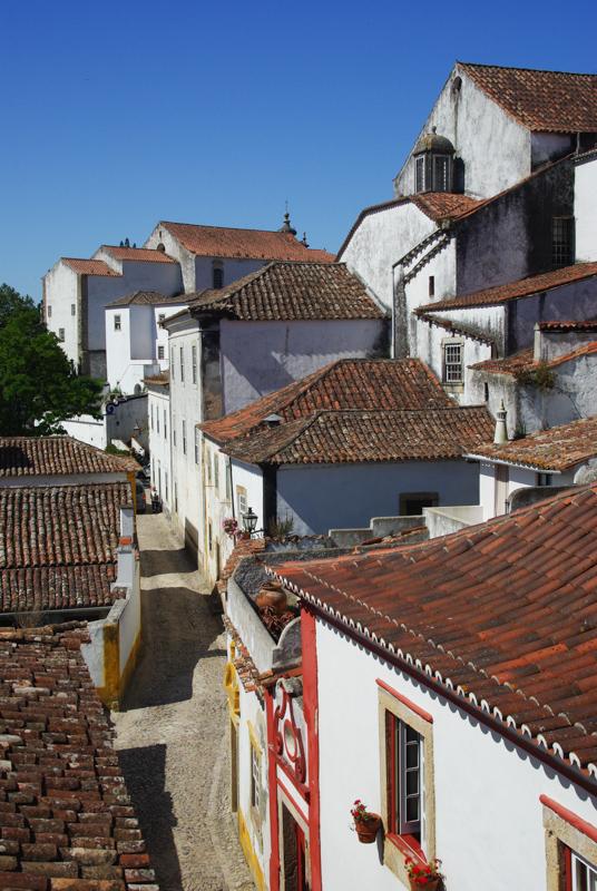Une ruelle déserte dans Óbidos