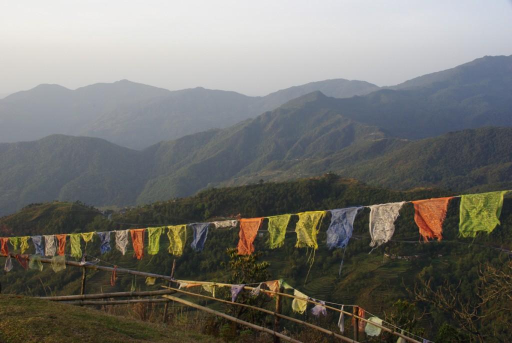 Les drapeaux de prières au lever du soleil - Népal