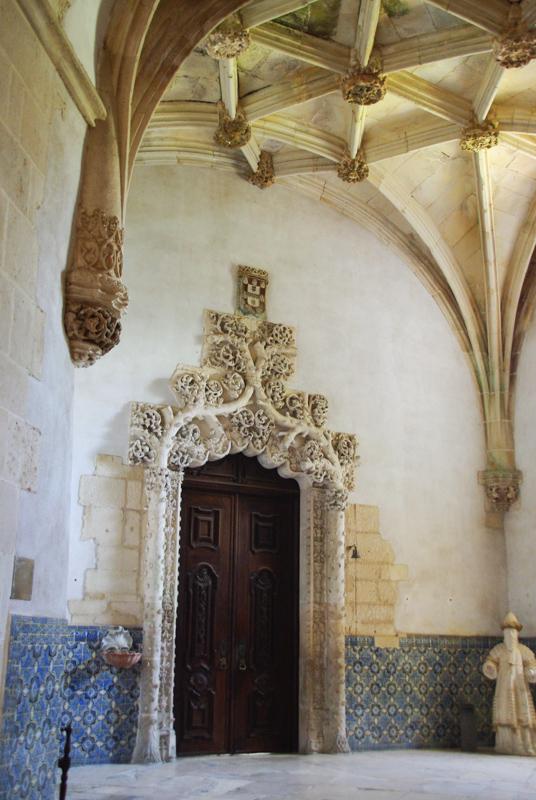 Porte manuéline à l'entrée de la sacristie du monastère d'Alcobaça