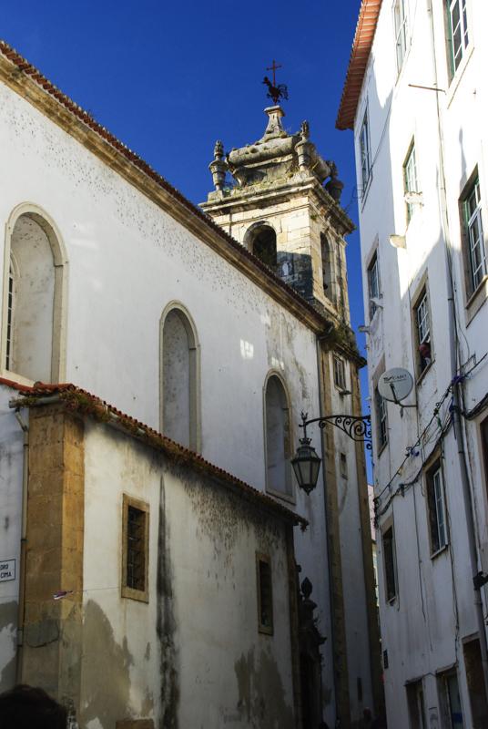 ruelle avec une église de la vieille ville de Coimbra