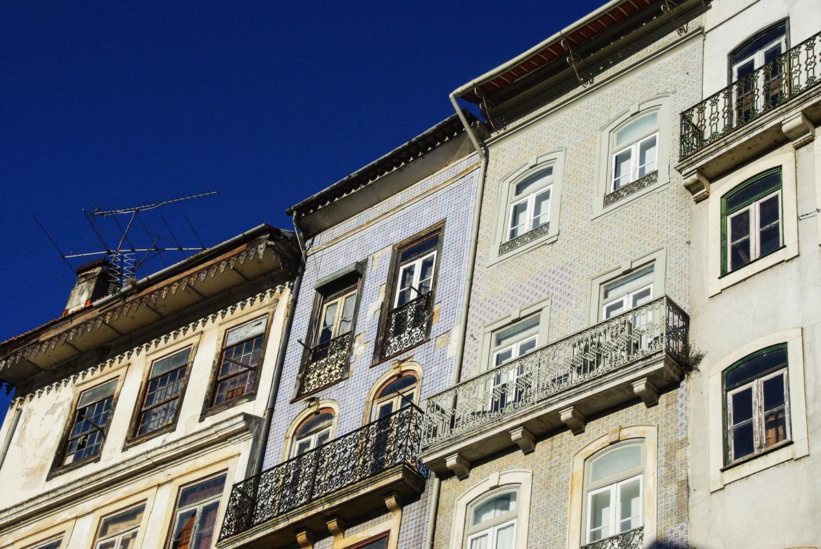 façades avec des azulejos - coimbra