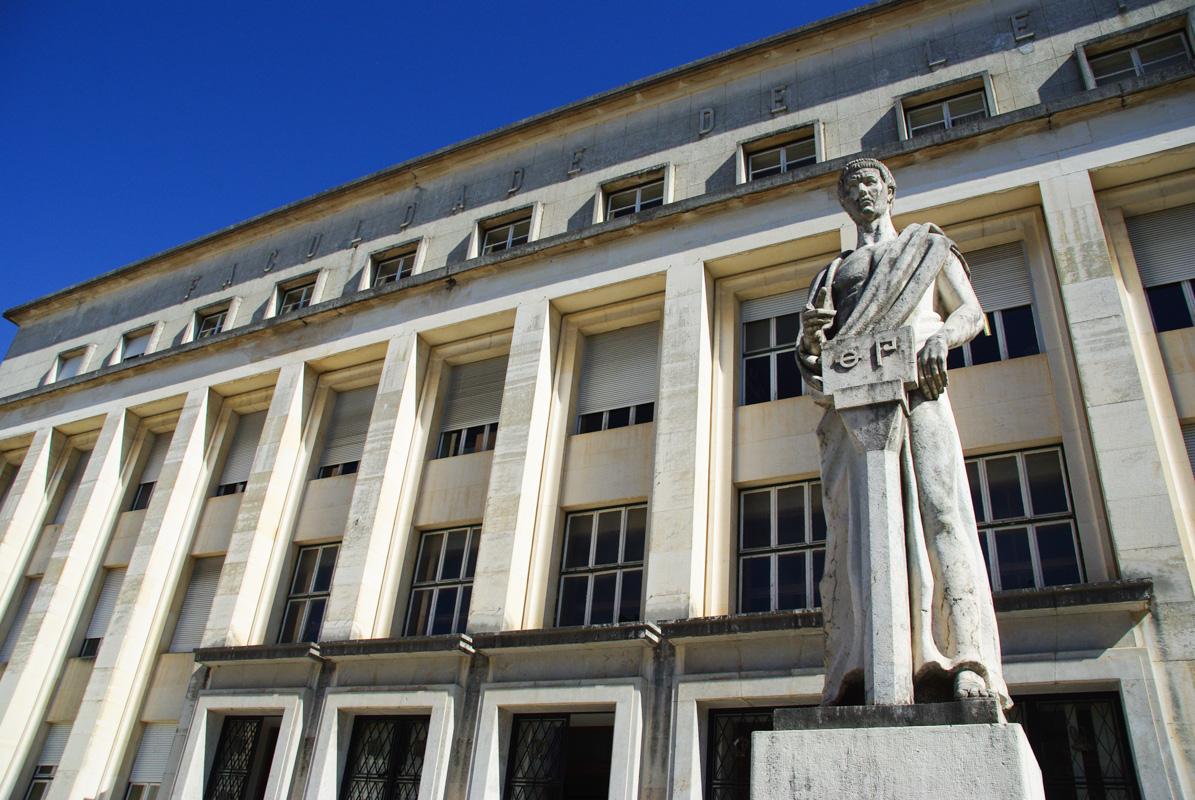 batiment moderne de l'université de Coimbra