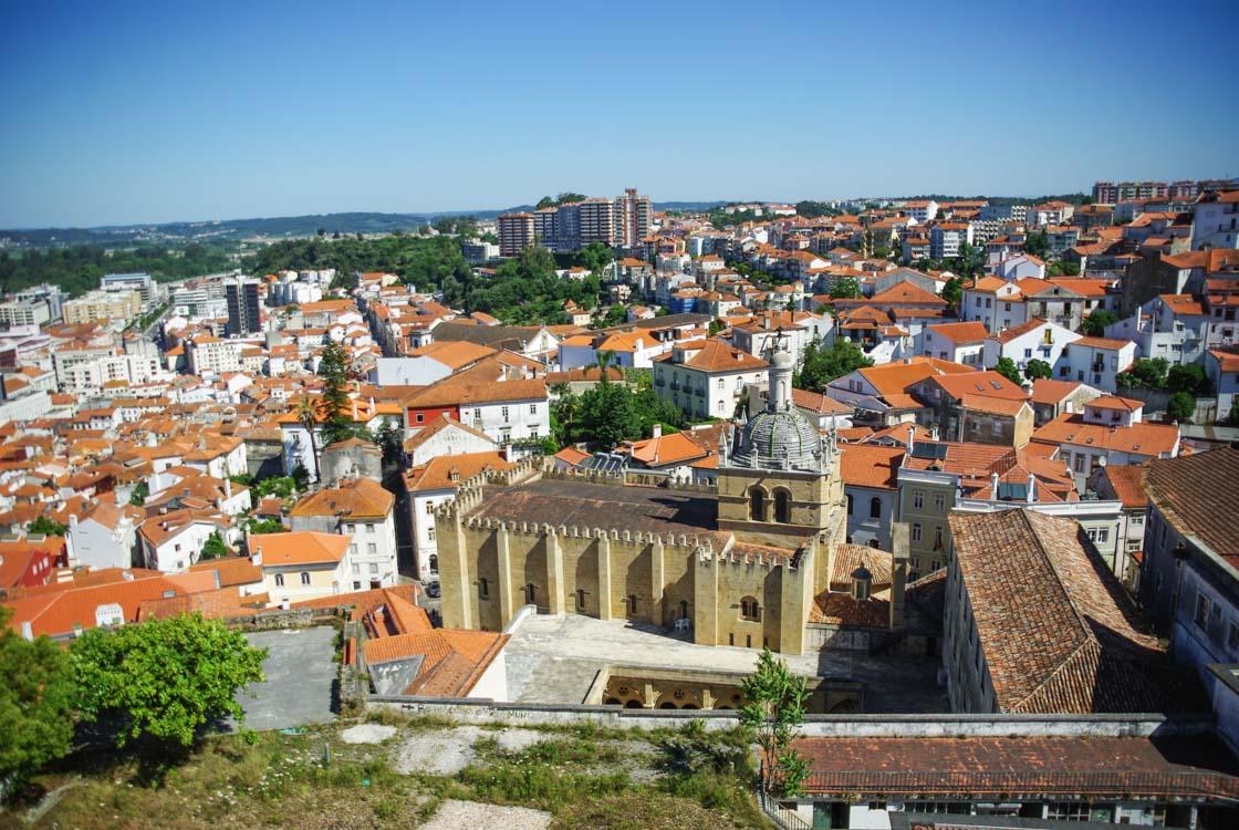 panorama sur les toits de Coimbra au Portugal