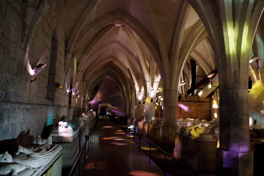 exposition le bal des gisants dans les caves du château de Pierrefonds