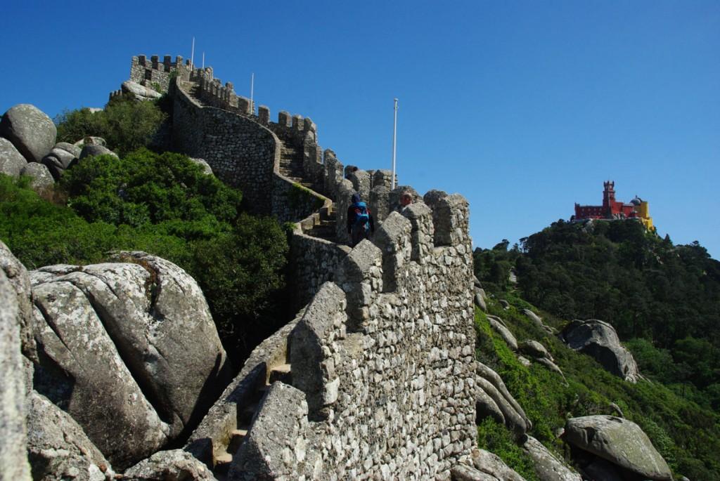 Vue sur les remparts du château des Maures et sur le château de Pena